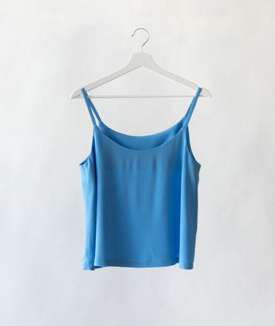 Fashiontamtam Schnittmuster #topcami blau auf Kleiderbügel